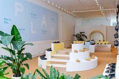"""Uma loja de sapatos """"interativa"""" em Nova York: o projeto foi pensado para os próprios clientes experimentarem, andarem e subirem nas estruturas montadas. O décor, por sua vez, é minimalista e com pontos de cor em tons pastel. #camilakleinarquiteta #loja #store #conceptstore #inovação #fashion"""
