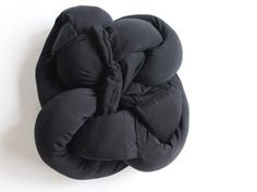 You KNOW you want to make your own DIY knot pillow. Knot Pillow, Fur Pillow, The Block Winners, Diy Pillows, Throw Pillows, Clock For Kids, Sewing Machine Parts, Round Pillow, Girls With Glasses