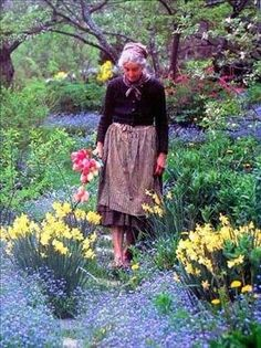 Tasha Tudor, I love her gardens, very natural, lots of daffodils, tulips, many kinds of roses, fruit trees and single hollyhocks which I also love the best!