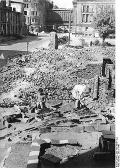 Berlin. Am Gendarmenmarkt, Ruinen und Kinder, 1946.