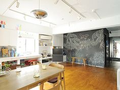 リビングの壁一面が黒板の家。親子合作の絵が部屋を飾ります(1/4) - 快適リノベLIFE - NIKKEI 住宅サーチ