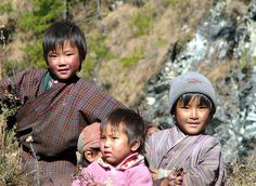 Kids on the road to Trongsa     http://soloha.vn/tham-trai-san-khach-san/tham-trai-san-khach-san-sa-ma-257.html