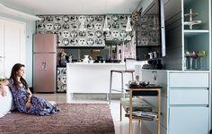 """A audácia da interior stylist Melany Kuperman na cozinha foi o papel de parede nos armários. """"Como quase não preparo comida, foi possível"""", conta. Mas nada fácil. O material, comprado em Londres, foi primeiro para o Canadá antes de vir para o Brasil"""