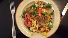 Gebakken tomaat met kerrie. Ingrediënten: tomaat, masala, paprika, rode ui, garnalenpasta, zout, peper, selderie, bieslook, thaise basilicum, en een restje bloemkool van de vorige dag.