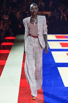 Tommy Hilfiger Spring 2019 Ready-to-Wear Fashion Show - Vogue Fashion Now, Office Fashion, Fashion Week, Runway Fashion, High Fashion, Fashion Outfits, Womens Fashion, Fashion Brands, Haute Couture Style