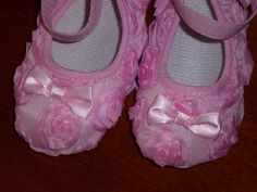 Sapatinhos em organza rosa, com detalhes de rosas e laçarote à frente. Atam no tornozelo com tira que aperta com velcro. Tamanhos: 9 e 12 meses 12€ com portes incluídos para Portugal Ballet Dance, Ballet Shoes, Dance Shoes, Organza, Portugal, Slippers, Fashion, Ankle, Sequins