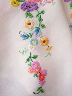 EXQUISITE VINTAGE HAND EMBROIDERED IRISH LINEN TABLECLOTH ~ ANEMONE DAISIES in Antiques, Fabric/Textiles, Linens | eBay