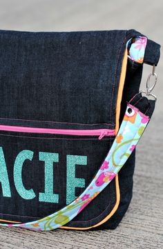 Every time back to school rolls around again I get the itch to make a new bag! Last year I made the Laptop Bag and before that I made the original Messenger Bag. This year the bag I made is not for… Messenger Bag Patterns, Purse Patterns, Sewing Patterns, Messenger Bags For School, Laptop Tote Bag, Crafts To Make And Sell, Crochet Purses, New Bag, School Bags