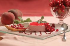 Valle d'Aosta - Bavarese ai frutti di bosco - Ingredienti: panna da cucina (35% di grassi), yogurt ai frutti di bosco, colla di pesce, zucchero, frutti di bosco. Preparazione: http://www.centralelatte.vda.it