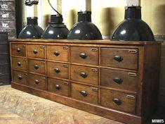 Meuble de bonneterie vers 1940, 15 tiroirs, poignées coquilles ouvragées, portes étiquettes laiton, chêne massif