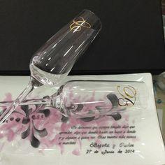 Set de dos copas de cristal para cava decoradas a mano con las iniciales en oro, platino o color con bandeja a juego Dedicatoria personalizada para los novios  Presentada en caja para regalo