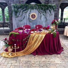 Berry and Gold Decoration Evenementielle, Flower Decorations, Wedding Decorations, Table Decorations, Head Table Wedding, Bridal Table, Burgundy Wedding, Red Wedding, Wedding Designs