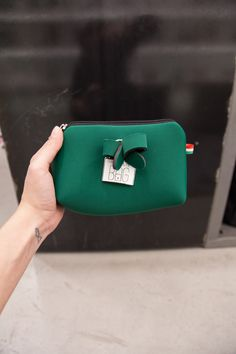 Pochette da borsetta in neoprene firmata Save my Bag, guarda qui tutti i colori:  https://www.officineconcept.com/it/brands/save-my-bag/?p=2