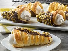 Puff pastry cones with cannoli filling! ou're sure to impress your guests with these sweet indulgences. Flaky puff pastry cones, dipped in luscious chocolate and filled with an oh-so- easy to whip up cannoli cream. Cannoli Filling, Cannoli Cream, Just Desserts, Dessert Recipes, Pepperidge Farm Puff Pastry, Cream Horns, Puff Pastry Recipes, Pastries Recipes, Pepperoni Dip