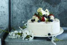 """Tässä on juhlien kuningatar, """"the kakku"""", jota kelpaa tarjoilla kaikista tärkeimmissäkin juhlissa. Tyylikkään kakun salaisuus on yksinkertainen:... Sweet Bakery, Let Them Eat Cake, Bon Appetit, Cake Decorating, Decorating Ideas, Panna Cotta, Delish, Sweet Tooth, Cheesecake"""