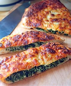 Calzone De Espinacas y Queso Ricotta. Dammit, it's in Spanish. I think I can figure it out, though. Looks yummy! Calzone, Pizza Recipes, Cooking Recipes, Queso Ricotta, Cold Sandwiches, Good Food, Yummy Food, Love Pizza, Big Meals