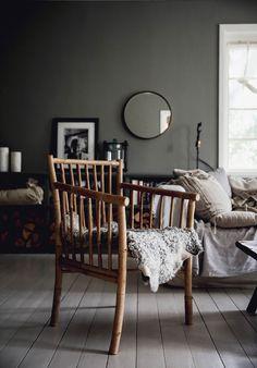 Att ha färg i ett vardagsrum! – Att vara någons fru S4502-Y i Nordsjö Xtramatt och snickerierna är Dark Le Havre i glans 5