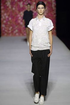 The complete Dries Van Noten Spring 2007 Ready-to-Wear fashion show now on Vogue Runway.