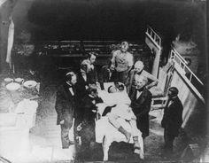 Anesthesia - Universal History Archive/UIG via Getty Images麻酔(1801年) けがや病気の治療や手術の際に、身体を意図的に麻痺させることで激痛から患者の痛みを和らげてくれる麻酔は、医療史に残る画期的発明と言っていいだろう。イギリスの科学者、ハンフリー・デービーが笑気ガスを用いて局所麻酔に成功したのが、世界初の麻酔使用だと言われる。