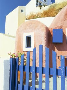Painted Houses and Blue Gate, Imerovigli, Santorini, Cyclades Islands, Greek Islands, Greece Lámina fotográfica por Lee Frost en AllPosters.com.ar.