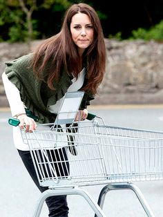 KATE MIDDLETON In her casual Minnie Rose shawl and London Sole flats, the Duchess could have been any other gal at the grocery store – except for her eye-catching sapphire engagement ring. The newlywed picked up provisions at an Angelsey, England Waitrose Kate Middleton Ring, Princesse Kate Middleton, Kate Middleton Photos, Duchess Kate, Duke And Duchess, Duchess Of Cambridge, Prince William And Kate, William Kate, Casual Shopping Outfit