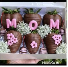 Chocolate Covered Treats, Chocolate Covered Marshmallows, Chocolate Dipped Strawberries, Hot Chocolate Gifts, Chocolate Hearts, How To Make Chocolate, Strawberry Ideas, Mothers Day Chocolates, Homemade Gift Baskets