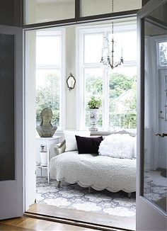 The choice to use natural lighting in this space was a good decision. It works well with the white color palette.