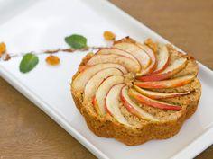 Bolo de maçã sem farinha e sem glúten, e poucas calorias. Feito em poucos minutos. Veja a receita: http://luciliadiniz.com/bolo-de-maca-sem-farinha/