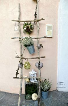 Leiter aus Schwemmholz als hübscher Blickfang im Eingangsbereich. Je nach Jahre Ladder made of driftwood as a pretty eye-catcher in the entrance area. Diy Ladder, Ladder Decor, House Ladder, Deco House, Diy Fence, Garden Trellis, House Entrance, Halloween Diy, Garden Projects