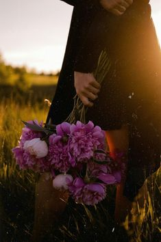 Find images and videos about photography and flowers on We Heart It - the app to get lost in what you love. Girl Photography Poses, Creative Photography, Girls With Flowers, Beautiful Flowers, Girl Photo Shoots, Flower Aesthetic, Love Illustration, Mode Inspiration, Belle Photo