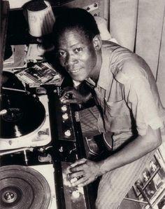 #JIMMY #DAKAR #SOUL #DOCUMENTAL #FILM - Radio Mali, foto de Malick Sidibe - JIMMY DAKAR SOUL by Bammakoculture - Pape Niang es Batería, armonicista y cantante de Soul, el Blues, la Salsa y el Rock Pape Niang, aún en activo, fue miembro importante de la escena musical de los 70. Ciego de nacimiento, hoy sigue alzando su voz por la integración de los discapacitados en la sociedad senegalesa. +INFO: www.facebook.com/jimmydakarsoul  CAMPAÑA verkami www.verkami.com/projects/3947