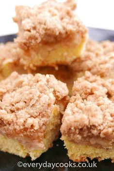 Apple streusel cake. A layer of vanilla sponge then cinnamon apples, and a sweet cinnamon crumb to top. #applestreusel