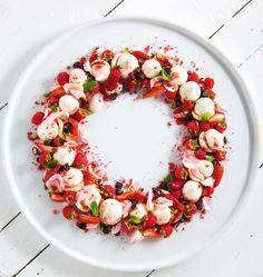 Vegan Meringue Christmas Wreath | MiNDFOOD
