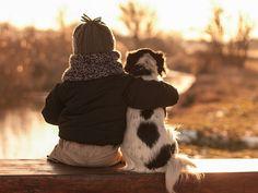 Mãe registra o amor do filho pelos animais: confira as fotos de Igor com seus cachorros
