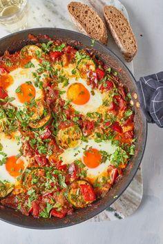 Cukkinis shakshuka recept | Street Kitchen Onion Salad, Tomato Salad, Meal Planner, Light Recipes, Vegetable Pizza, Vegetarian, Yummy Food, Nutrition, Cilantro