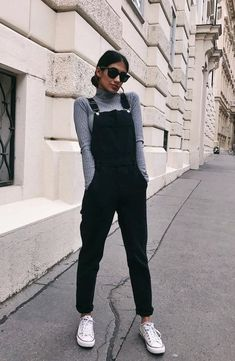 The grey sweater is a wardrobe staple as it can be worn in dozens of different ways. Check out some super stunning grey sweater outfits, both casual and dressy. Classic Outfits, Cute Casual Outfits, Girly Outfits, Black And Grey Outfits, Classy Outfits For Teens, Uni Outfits, Hijab Casual, Ootd Hijab, Vintage Style Outfits