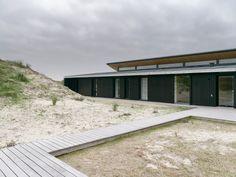 Architect and designer Knud Holscher has built a simple glazed house on Fanø, an island off the southwest coast of Denmark. Danish House, Villa, Rooftop Bar, Nordic Design, Danish Design, Modern Architecture, Scandinavian, Exterior, Island