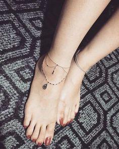Anklet Tattoos That Will Have You Jumping Into Sandal Season Fußkettchen Tattoo Ideen Cute Small Tattoos, Tattoos For Women Small, Trendy Tattoos, Cute Foot Tattoos, Tattoo Girls, Girl Tattoos, Tatoos, Woman Tattoos, Ankel Tattoos