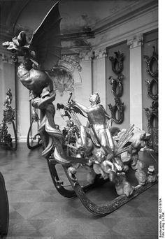 Bundesarchiv Bild 102-01978A, Berlin, Prunkschlitten im Schloss Monbijou - Schlitten – Wikipedia