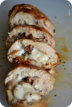 It's mid-mid, it's ra-ra, it's the miracle of the savory recipe on this Monday! – *) Ingredients for 2 people: 2 well-flattened chicken cutlets – ball of mozzarella – some dried tomatoes, diced – basil (fresh is … Frango Chicken, Food Porn, Chicken Cutlets, Recipes From Heaven, Dried Tomatoes, Italian Recipes, Love Food, Miracle, Chicken Recipes