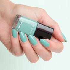 Chanel verde pastello - Chanel mint nail polish \\ Green nails