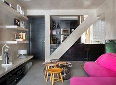 O apartamento reformado pelo Studio Roca também recebeu uma bela composição de mesas para criar um apoio cheio de design no centro da sala. Foram usados bancos de Sergio Rodrigues e mesas de vidro de Jader Almeida, todos da Arquivo Contemporâneo.