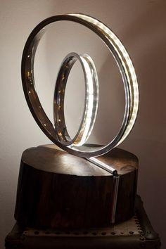"""""""Led-I"""" lampada design realizzata  con due cerchi di bicicletta riciclati e un tronco di noce"""
