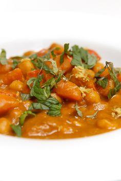 besonders gut am Tag danach - und auch mit Erdnussbutter statt Tahin: Kürbis-Kichererbsen-Curry mit Tahini / High Foodality #herbst #winter