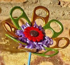 Flower made from upcycled materials - fleur en matériaux recyclés Soda Tab Crafts, Can Tab Crafts, Flower Crafts, Diy Flowers, Pop Top Crafts, Pop Tab Bracelet, Pop Can Tabs, Soda Tabs, Trash Art
