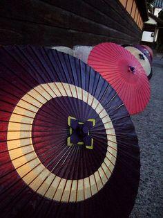 """wagasa"" Japanese umbrella ""Haruyoi akari"" is the event that Bikan area of Kurashiki is lighted up in every spring. Japanese Quilt Patterns, Japanese Quilts, Japanese Kimono, Japanese Style, Umbrella Lights, Umbrellas Parasols, Under My Umbrella, Japanese Aesthetic, Japan Art"