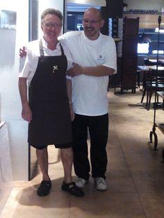 Al final hemos decidido que los camareros NO vamos a llevar pantalones cortos por muy bien que le sientan a Miguel. ;)