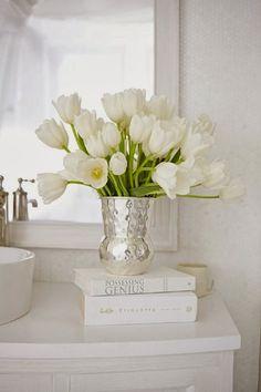 Floral Arrangement - Spring - white tulips in silver vase Deco Floral, Arte Floral, White Tulips, White Flowers, Bath Flowers, White Roses, Vibeke Design, White Cottage, Modern Boho