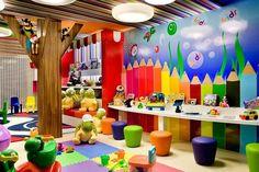 Playroom Organization Play Room - Releituras e muito design na Casa Cor Goiás Daycare Design, Playroom Design, Playroom Decor, Playroom Ideas, Kindergarten Interior, Kindergarten Design, Kids Indoor Playground, Daycare Rooms, Kids Rooms