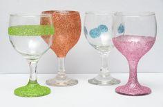 Glitters zijn net zo bruikbaar voor volwassenen als voor kinderen. Je kunt wijnglazen omtoveren tot een stel glinsterende kunstwerken voor een vrijgezellenfeest, een Oscarfeestje, een andere hippe gelegenheid of om cadeau te geven. Nadat...